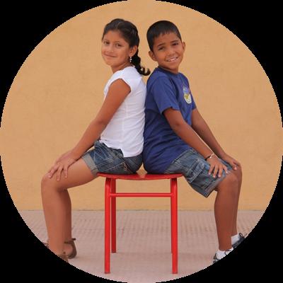 Niños de la silla roja